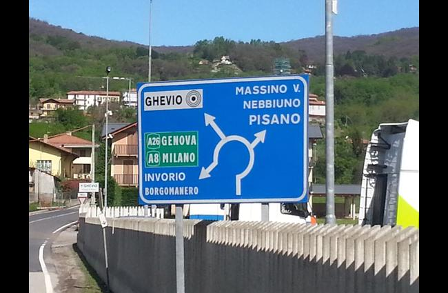 Here you turn left towards Meina, Brovello, Ghevio. Shortly afterwards at the roundabout you will be turning right towards Massino V., Nebbiuno, Pisano.